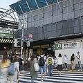 新大久保駅の改札からホームまで10分かかる訳 出口をふさぐ乗客たち