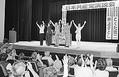 (写真)参加者の拍手と声援に応える(右から)ながせ氏、井上氏、穀田氏、備前氏、毛利氏=19日、長野県岡谷市