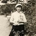 松本人志が投稿した「若き日のオカン」写真 美人との声も