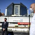 ボリス・ジョンソン英首相が入院するロンドンのセント・トーマス病院前にマスクを着けて立つ報道関係者ら(2020年4月7日撮影)。(c)DANIEL LEAL-OLIVAS / AFP