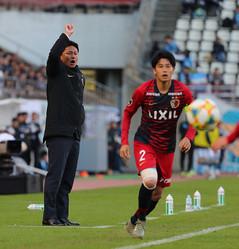 鹿島監督時代に選手に指示を出す大岩剛氏(左)