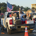 米カリフォルニア州ベンチュラで、ドライブイン形式の音楽イベントに参加する人々(2020年7月11日撮影、資料写真)。(c)VALERIE MACON / AFP