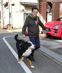 3月上旬の日曜日午前、黒川検事長は愛犬と一緒に楽しそうに散歩。目黒区内の一軒家で3匹の犬を飼っている