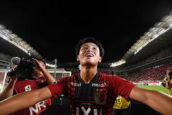 スタンドからの大声援に応える上田。サポーターからの熱が伝わったかのように、その笑顔が弾ける。写真:徳原隆元