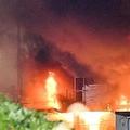 激しく炎を上げた火災現場=6日午後9時23分、大阪府高槻市(沢野貴信撮影)