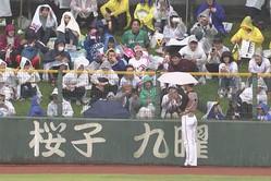 雨で中断中にファンから傘を借りた日本ハム・西川遥輝【画像:(C)PLM】