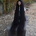 「世界一髪の長い10代」の記録を更新した、インド・モダサ在住のニランシ・パテルさん(2020年1月19日撮影)。(c)SAM PANTHAKY / AFP