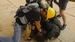 香港警察、「変装」警官の「おとり作戦」認める 空港は欠航続く