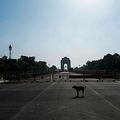 インド・ニューデリーで、新型コロナウイルス対策の全国的な都市封鎖を受けて閑散とした観光地のインド門(2020年4月2日撮影)。(c)Jewel SAMAD / AFP