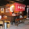 ラーメンの屋台と是松さん。昔のホーロー看板などとともに昭和レトロな雰囲気を醸し出している