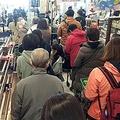 小池百合子都知事の外出自粛要請を受け、食料などを求めてスーパーのレジに長い列を作る買い物客=26日