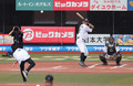 <ロ・日25>引退試合で次男と始球式に臨んだ福浦(撮影・大塚 徹)