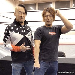 丸藤と平田(右)がポーズ