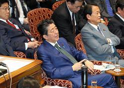 参院予算委で、共産党の田村智子氏の質問中、質問時間が終わったことを腕時計を指でたたいてアピールする安倍晋三首相=2020年3月27日午後0時37分、岩下毅撮影
