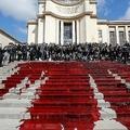 仏パリのトロカデロ広場で、血に見立てた赤い液体をまいて生物多様性の減少に警鐘を鳴らすデモを行う「絶滅への反逆」 のメンバーら(2019年5月12日撮影)。(c)FRANCOIS GUILLOT / AFP