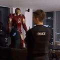 10人もの警察官らが自宅を訪れる事態に(画像は『Manchester Evening News 2021年10月20日付「Homeowner stunned as life-sized Iron Man model sparks major emergency services response」(Image: MEN)』のスクリーンショット)