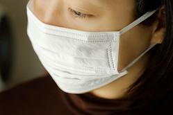 この女性のマスクの付け方は正しいでしょうか?間違っているでしょうか?(tnehala/stock.adobe.com)