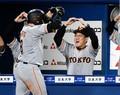 4回、2ランを放った丸佳浩(左)とマルポーズを決める巨人・原辰徳監督