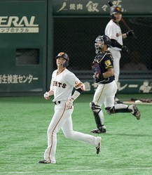 5回巨人1死、左飛に倒れ、厳しい表情でベンチに戻る巨人・坂本勇人=東京ドーム(撮影・金田祐二)