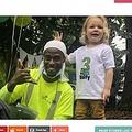 大好きなゴミ収集車の作業員に誕生日を祝ってもらう男児(画像は『InspireMore.com 2020年9月24日付「3-Yr-Old Who Loves Sanitation Crew Gets Perfect Birthday Surprise.」(Facebook)』のスクリーンショット)