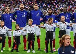 威勢よく自国の国歌を歌うフランスの選手たち。だが、この直前に大きな話題をさらう事件が起きていた。(C) Getty Images