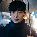 夜の雨の日の若いビジネスマンの肖像