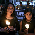 インド南部ベンガルールで、ろうそくをともし性的暴行の被害者に連帯を示す人々(2019年12月6日撮影、資料写真)。(c)Manjunath Kiran / AFP