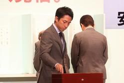 総裁選で石破茂元幹事長に投票する小泉進次郎筆頭副幹事長