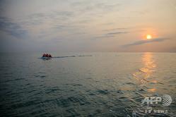 フランスから英国に向けて、イギリス海峡をボートで渡る救命胴衣を着た移民たち(2020年9月11日撮影、資料写真)。(c)Sameer Al-DOUMY / AFP