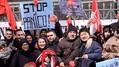 中国・武漢発のコロナウイルス流行に伴う人種差別的事件への反動として、活動家が主催した中国人との連帯のフラッシュモブ。看板には「ストップ・ザ・パニック」と書かれている=2020年2月5日、イタリア・ナポリ