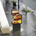 「食べかけ」の屋外広告がフランスに出現 マックだと一目瞭然