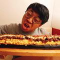 3本のヒレカツをガーリックライスで巻き、その上にピザ、ソーセージ、スクランブルエッグ、カルビ焼きをトッピング。仕上げに大量のマヨネーズとガーリックチップをふりかけた凶暴すぎる恵方巻となっている