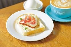 イチジクとクリームチーズの相性抜群な「イチジクとクリームチーズのトースト モーニングセット」(ドリンク代+税込200円) / IMOM COFFEE ROASTERS