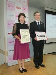 女子ゴルフの永井花奈(写真左)が3日、都内で開かれた「ゴルフネットワーク ピンクリボンチャリティ2019」に出席。乳がんの啓もう活動を行った。