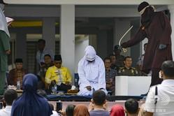インドネシア・アチェ州の州都バンダアチェで執行された、公開むち打ち刑(2019年9月19日撮影)(c)CHAIDEER MAHYUDDIN / AFP