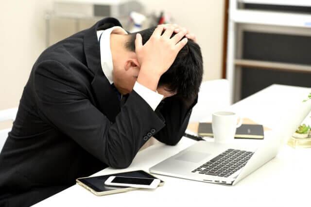 ブラック企業のモーニングルーティン「社長の気まぐれで6時40分から朝礼」「毎週金曜は草むしり30分」