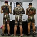 マレーシアの首都クアラルンプールで開催された「国際タトゥーエキスポ」で、入れ墨を披露する男性ら(2019年11月29日撮影)。(c)Mohd RASFAN / AFP