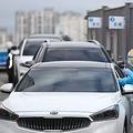 大邱市内の大学病院に設置されている専用の診療所で新型コロナウイルスの検査が「ドライブスルー方式」で行われている=27日、大邱(聯合ニュース)