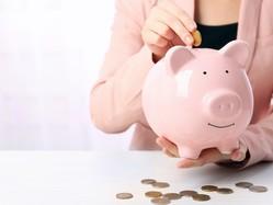 60歳定年から年金を受給するまでの空白の5年間で退職金と貯蓄が2000万円消える? 定年が60歳以上に延びている企業が多くなってきましたが、65歳まで働くと家計はどう変わるかチェックしましょう。