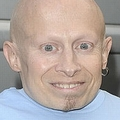 バーン・トロイヤーさんが49歳で死去「ミニ・ミー」役で人気に