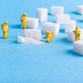 砂糖を調べる人たち