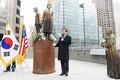アメリカで会見した当時の朴市長、慰安婦像と共に