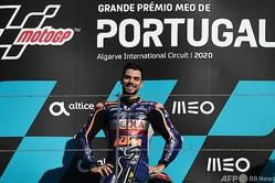 ロードレース世界選手権、最終第15戦ポルトガルGP、MotoGPクラス決勝。表彰式で優勝を喜ぶレッドブルKTMテック3のミゲル・オリベイラ(2020年11月22日撮影)。(c)PATRICIA DE MELO MOREIRA / AFP