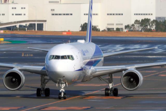 武漢から到着したチャーター機=2020年1月29日午前8時43分、羽田空港、高橋雄大撮影