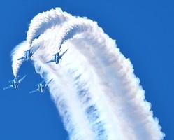 「ブルーインパルス」による曲技飛行。6機編成が基本だが、すべて揃う日がいつになるかは未定のままだ