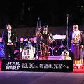 東大寺の大仏殿前で、映画「スター・ウォーズ」の楽曲が奉納された。左から吹奏楽を率いた東郷源氏、R2−D2、C−3PO、BB−8、華厳宗管長の狹川普文氏(撮影・久保勇人)