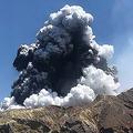 9日の噴火直前に島を離れた観光客が撮影し、12日にフェイスブックで公開したニュージーランド・ホワイト島の噴火の写真。Lillani Hopkinsさん提供(2019年12月9日撮影、同12日公開)。(c)AFP PHOTO / COURTESY OF LILLANI HOPKINS
