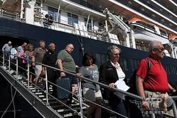 カンボジア南部シアヌークビル港に入港したクルーズ船「ウエステルダム」から下船する乗客ら(2020年2月15日撮影)。(c)TANG CHHIN Sothy / AFP