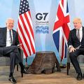 英コーンウォールで10日、首脳会談に臨んだジョンソン英首相(右)とバイデン米大統領=ロイター