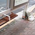 現場のバス停には花が。ベンチは狭く仕切りもあるので横になれない